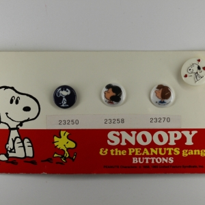 set-of-4-snoopy-the-peanuts-gang-plastic-shanked-buttons_4931_sq